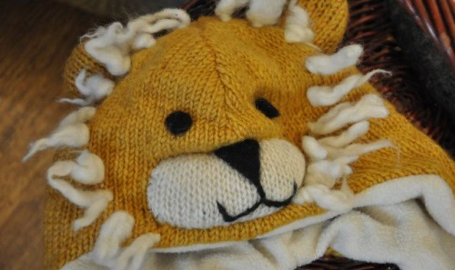 Шерстяная шапка львенок
