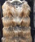 В купальнике девушка в узкой юбке магазин, меховая жилетка (лиса)