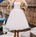 Свадебное платье (средней длины, короткое), черное платье и бежевые ботинки, Первомайское