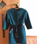 Платья зеленого цвета короткие, пальто короткое