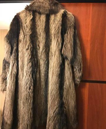 Длинное серое платье с длинным рукавом, шуба из енота и шапка из ч/б лисы в подарок
