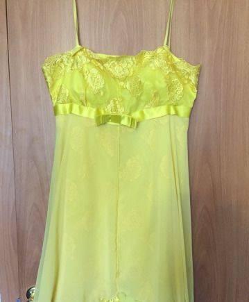 Платье с воланами на плечах бежевого цвета из неопрена, самое красивое платье