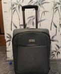 Маленький прочный чемодан