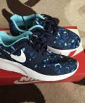 Кроссовки Nike, ботинки без каблука и платье