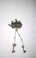 Значок Кораблик с ключами Ленинград. Серебро 875, Большие Колпаны