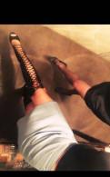 Зеленые туфли на низком каблуке, ботфорты с открытыми пальцами