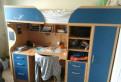 Кровать со столиком внизу и шкафом