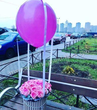 25 роз в шляпной коробке с воздушным шаром