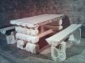 Обеденные стол и лавочки из бревна для кухни загородного дома